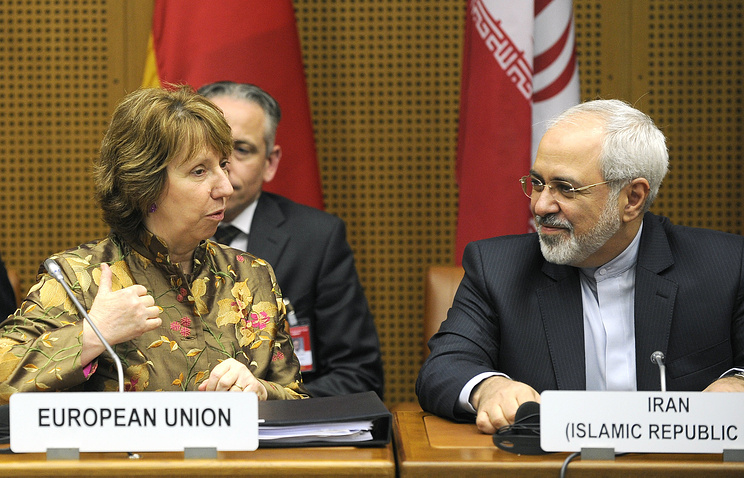 EU High Representative for Foreign Affairs Catherine Ashton (L) and Iranian Foreign Minister Mohammad Javad Zarif (R) chat prior to talks