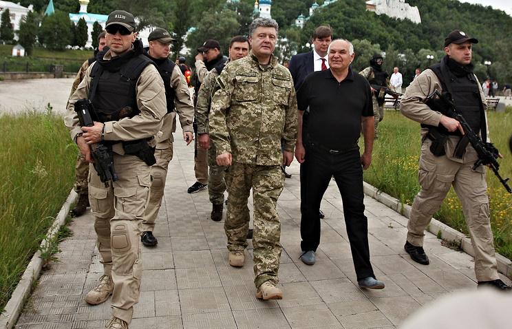 Ukraine's President Petro Poroshenko (center)
