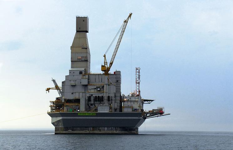 Oil platform on Russia's Sakhalin shelf (archive)