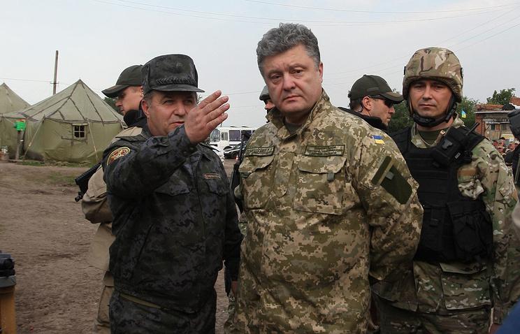 Petro Poroshenko (center)