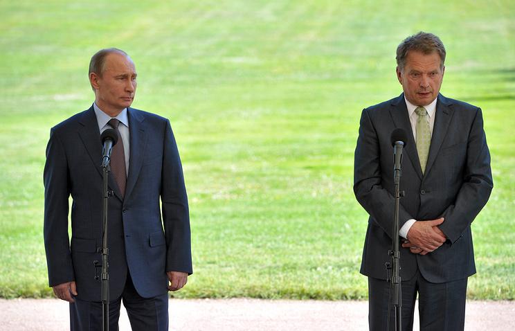 Russian President Vladimir Putin and Finland's President Sauli Niinisto (R)