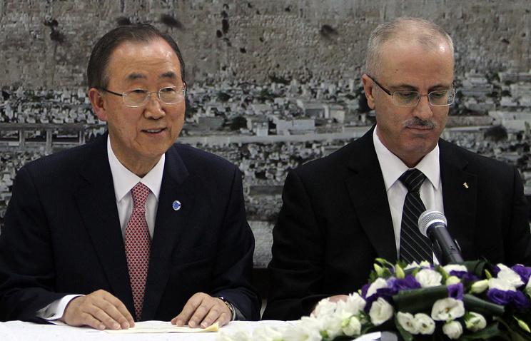 UN Secretary-General Ban Ki-moon (L) and Palestinian Prime Minister Rami Hamdallah (R) hold a meeting in Ramallah, West Bank, 22 July 2014