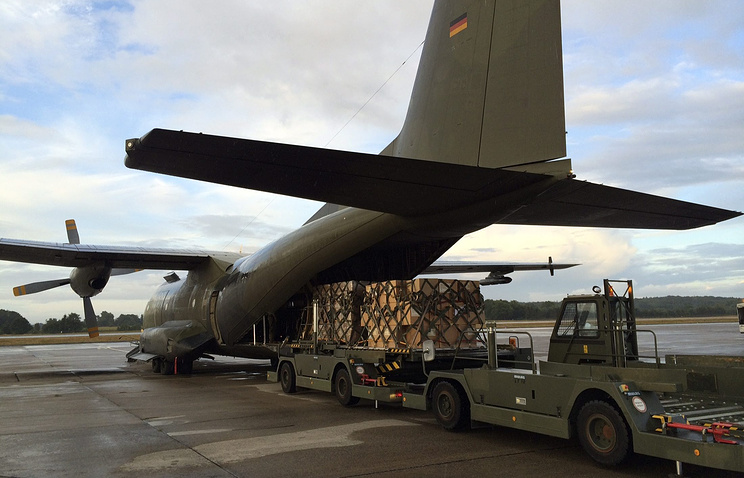 Humanitarian aid for Iraq is loaded to a German airforce Transall C-160 aeroplane