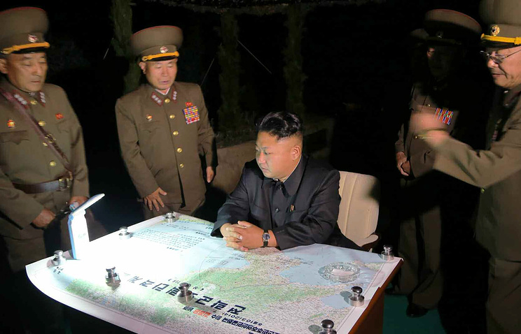 North Korean leader Kim Jong-un (center) inspects military drills (archive)