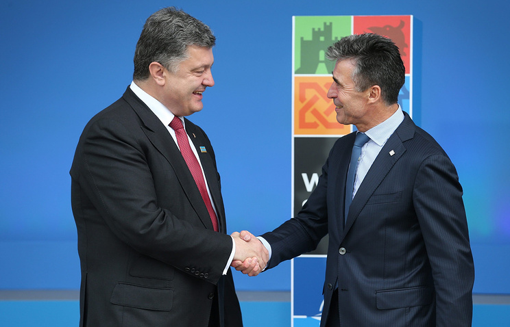 Ukrainian President Petro Poroshenko (L) and NATO Secretary-General Anders Fogh Rasmussen (R)