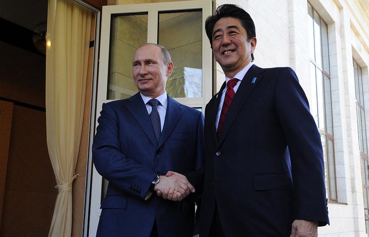 Russian President Vladimir Putin (L) and Japanese Prime Minister Shinzo Abe (R)