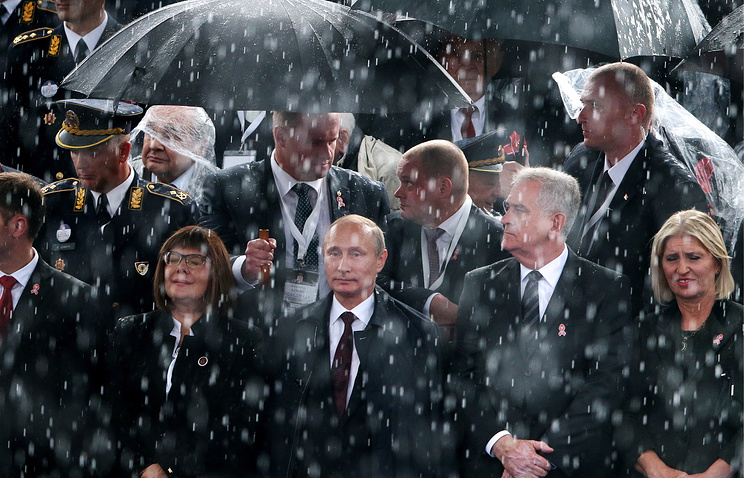 Vladimir Putin and Tomislav Nikolic at a military parade in Belgrade