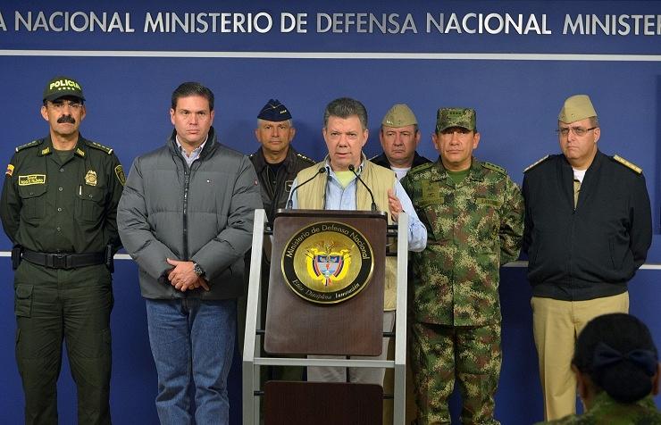 Colombia's President Juan Manuel Santos (center)