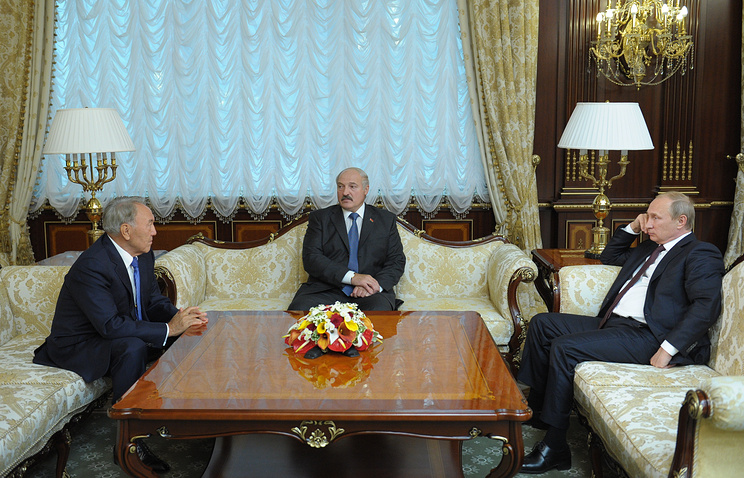 Kazakh President Nursultan Nazarbayev (L), Belarusian President Alexander Lukashenko (C) and Russian President Vladimir Putin (R)