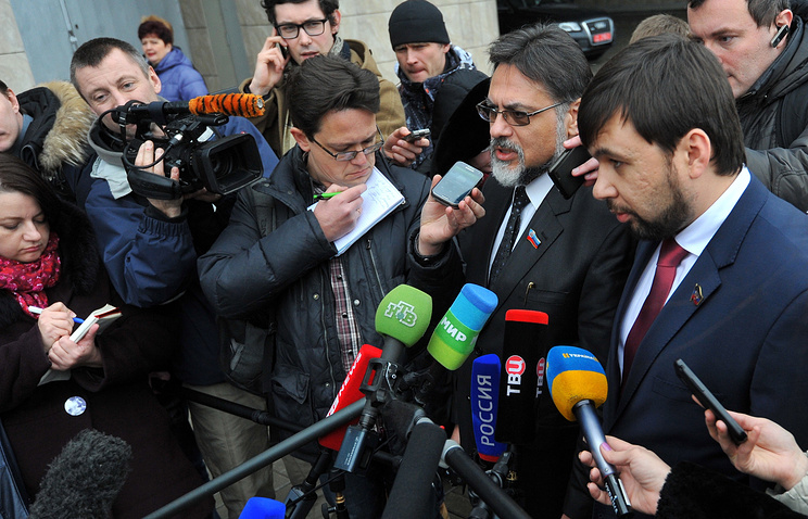 Vladislav Deinego and Denis Pushilin talk to reporters