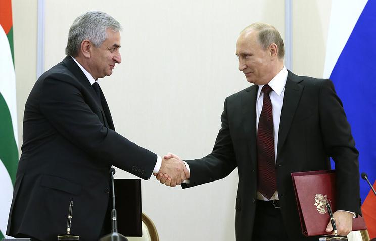 Abkhazian President Raul Khadzhimba and Russian President Vladimir Putin