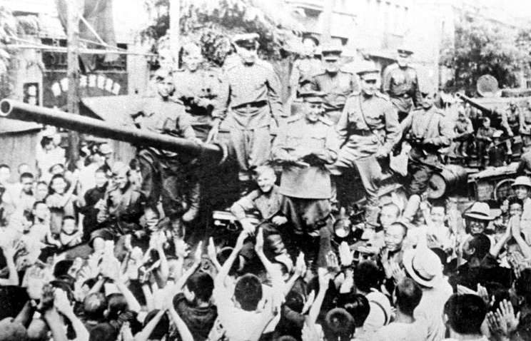Chinese meeting Soviet troops, 1945