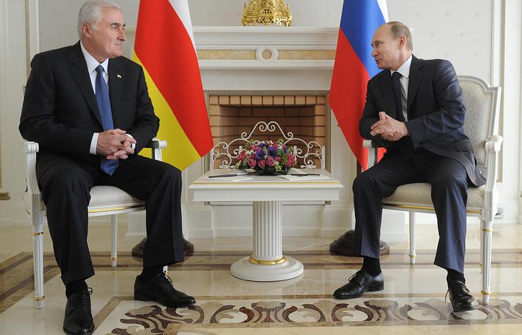 South Ossetian President Leonid Tibilov and Russian President Vladimir Putin (archive)