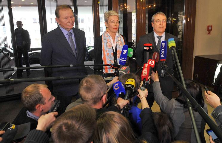 Ukraine's former president Leonid Kuchma, OSCE representative Heidi Tagliavini and Russia's representative Azamat Kulmukhametov (right)