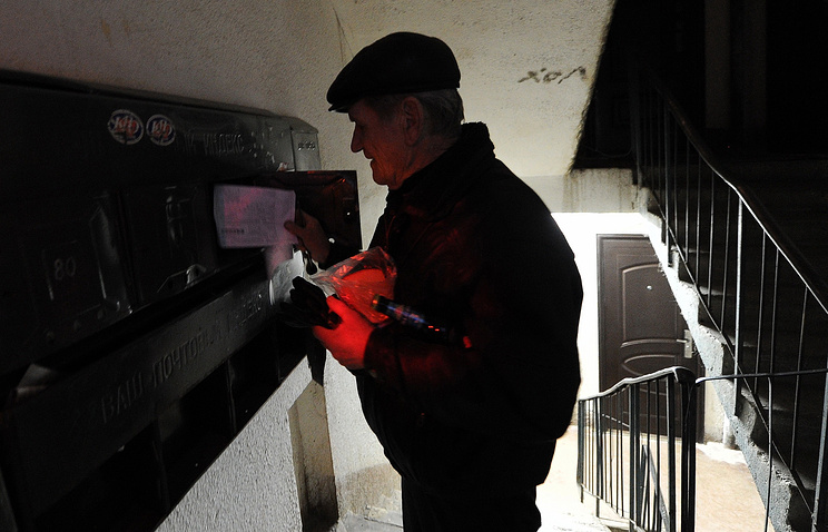 A man checking his mailbox (archive)