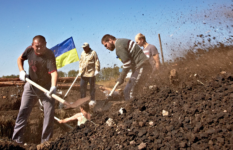 Volunteers seen digging ditches near Ukraine's border with Russia in September 2014