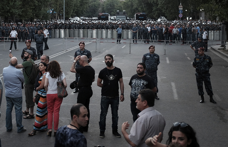Demonstrators standing in front of police line during a protest rally in Yerevan, Armenia (archive)