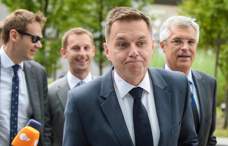 Slovak Finance Minister Peter Kazimir (center)