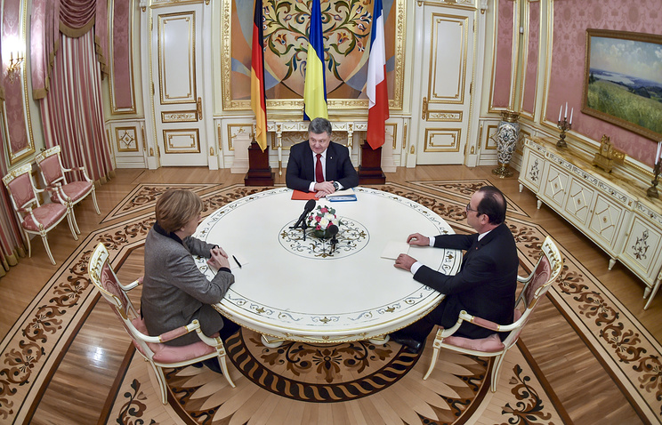 German Chancellor Angela Merkel, Ukrainian and French presidents Petro Poroshenko and Francois Hollande (archive)