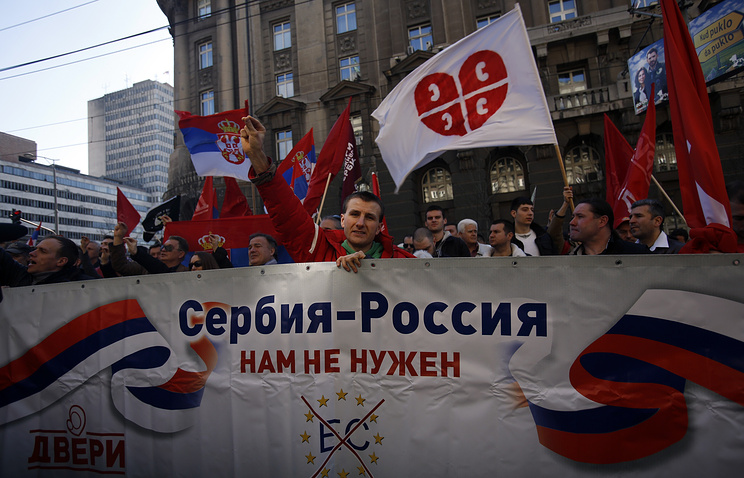 """Protesters holding a banner that reads: """"Serbia - Russia, we don't need European Commission"""" in front of the government building in Belgrade, March 21, 2015"""