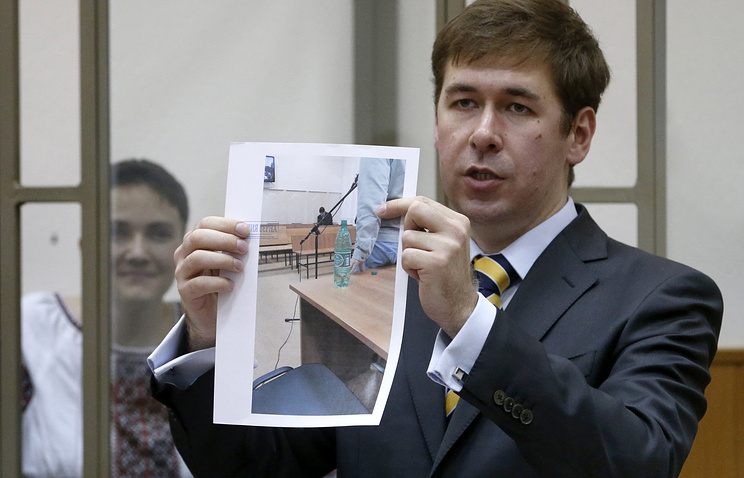 Nadezhda Savchenko (background) and her lawyer in court