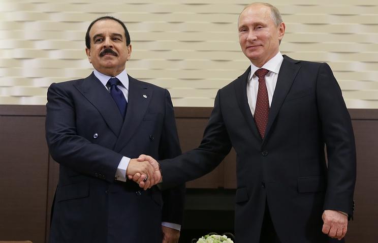 King of Bahrain Hamad bin Isa Al Khalifa (L) and Russia's president Vladimir Putin (archive)