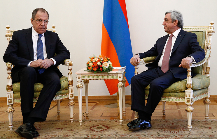 Russia's Foreign Minister Sergey Lavrov (L) and Armenia's President Serzh Sargsyan