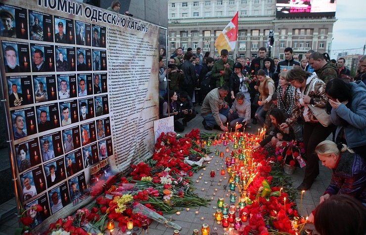 People commemorating victims of the 2 May 2014 trade unions building fire in Odessa (archive)