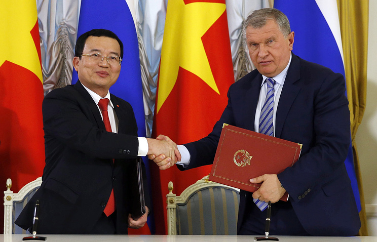 PetroVietnam President & CEO Nguyen Quoc Khanh and Rosneft CEO Igor Sechin