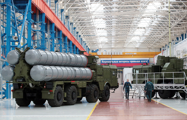 An S-400 Triumf anti-aircraft weapon system launch vehicle