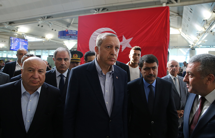 Turkish President Recep Tayyip Erdogan (C) visiting the explosion scene at Ataturk Airport in Istanbul