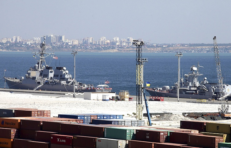 USS Donald Cook and Ukrainian Navy flagship, frigate Hetman Sahaydachniy in the Black Sea port of Odessa, 2015