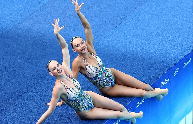 Russia's Natalya Ishchenko and Svetlana Romashina perform their synchronised swimming women's duet free routine