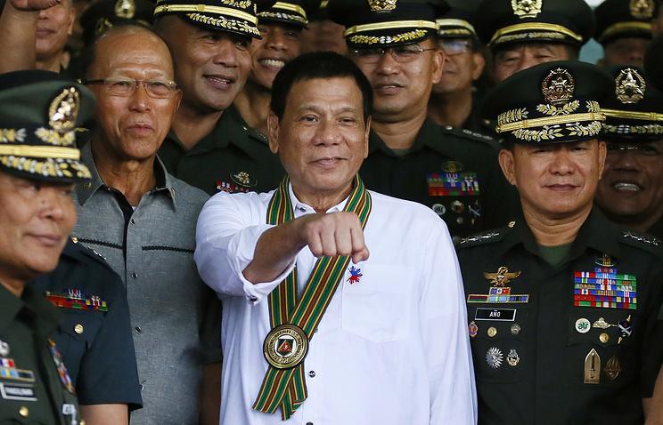 Philippine President Rodrigo Duterte with Philippine Army officers