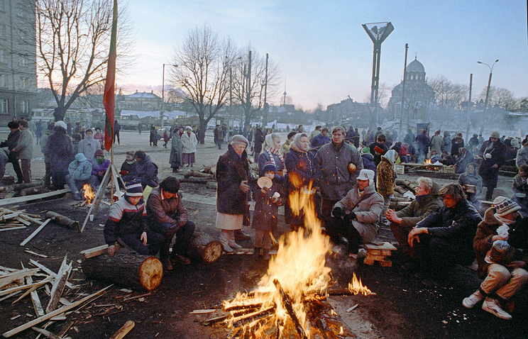 People making fire in front of the Parliament in Vilnius, 1991