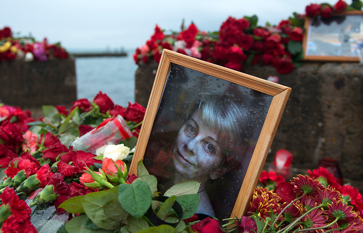 A portrait of Yelizaveta Glinka among flowers and candles in memory of the Tupolev Tu-154 crash victims