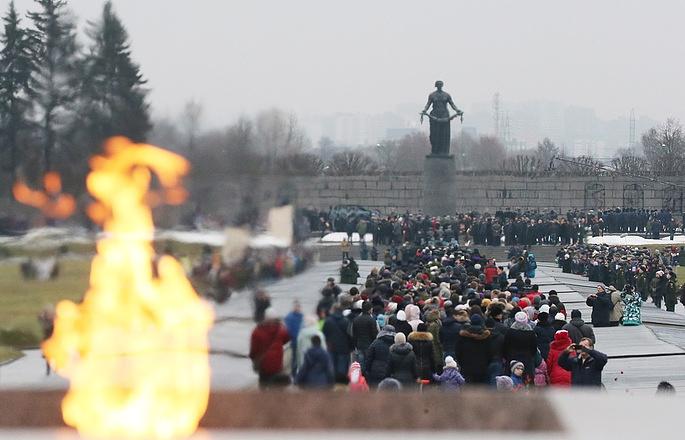 People flock to the Piskaryovskoye Memorial Cemetery in St. Petersburg