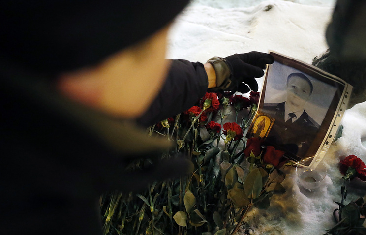 Flowers in memory of Sukhoi Su-25 jet aircraft pilot Roman Filipov outside the Russian Defense Ministry