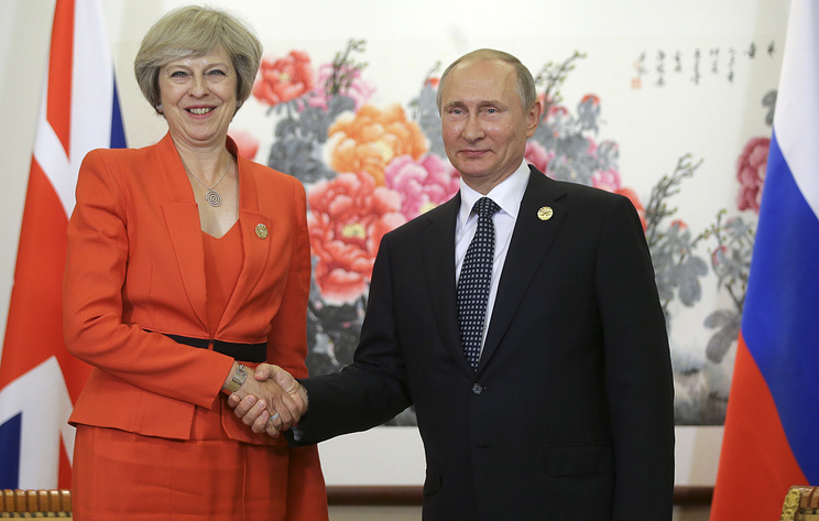 Russia's President Vladimir Putin (R) and British Prime Minister Theresa May