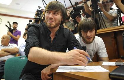 Джабраил и Ибрагим Махмудовы (слева направо) в Мосгорсуде. Фото из архива ИТАР-ТАСС/ Антон Новодережкин