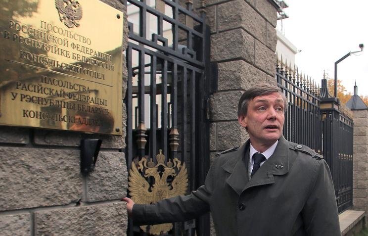 Заведующий консульским отделом посольства России в Минске Игорь Карягин