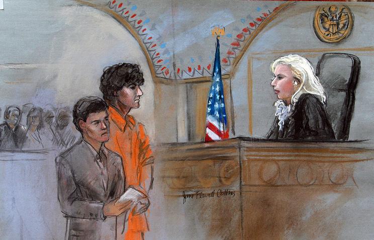 Изображение Джохара Царнаева с адвокатом в зале суда