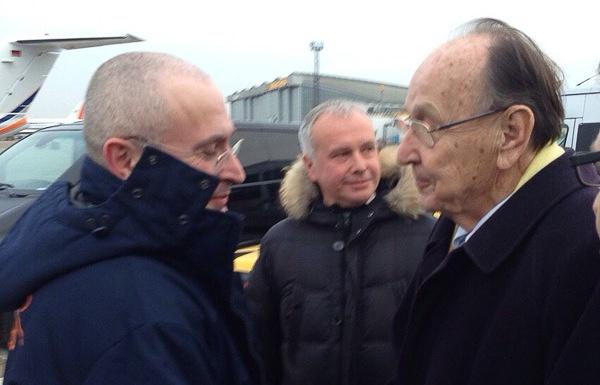 Бывший министр иностранных дел ФРГ Ганс-Дитрих Геншер встречает Михаила Ходорковского в Берлине