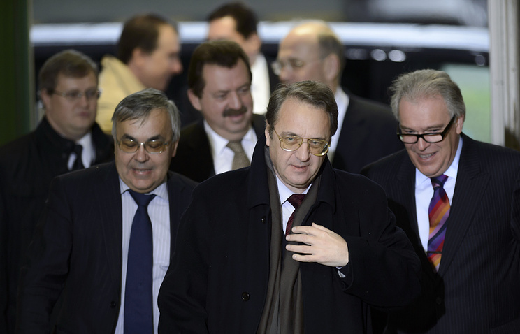 Замглавы МИД РФ Михаил Богданов (в центре) перед началом встречи