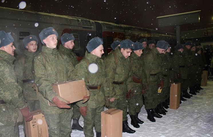 Призывники перед отправкой в одну из частей ракетных войск стратегического назначения
