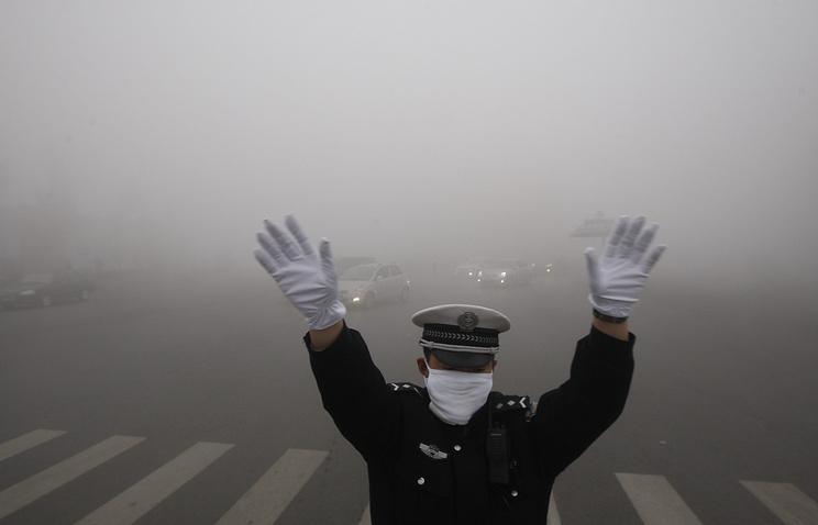 Китайский регулировщик дорожного движения на улице Харбина
