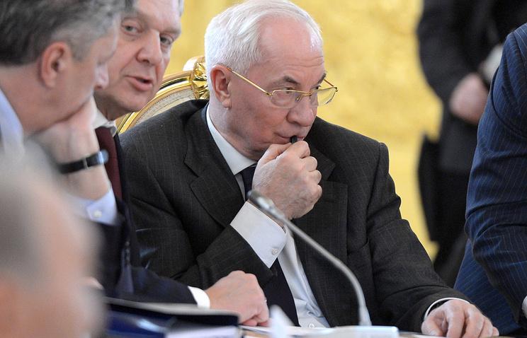 Николай Азаров (в центре)