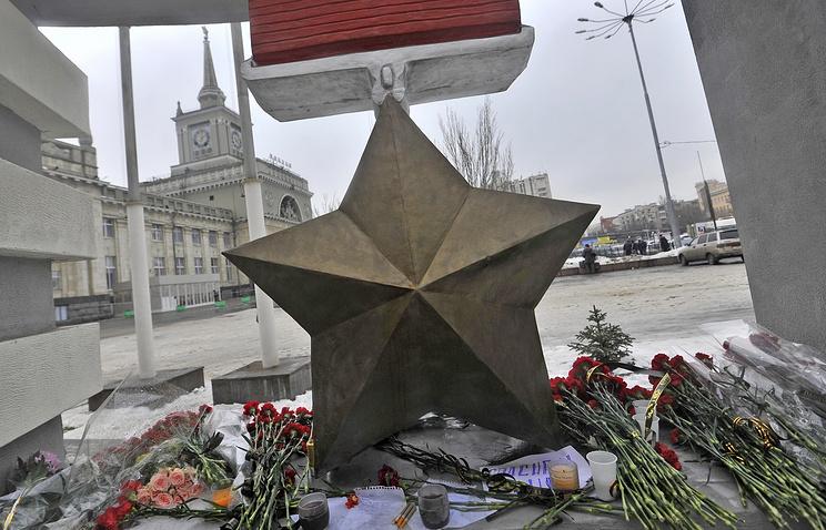 Цветы в память о погибших в теракте на железнодорожном вокзале