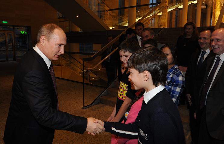 Президент РФ Владимир Путин (слева) во время встречи с участниками Сводного детского хора России