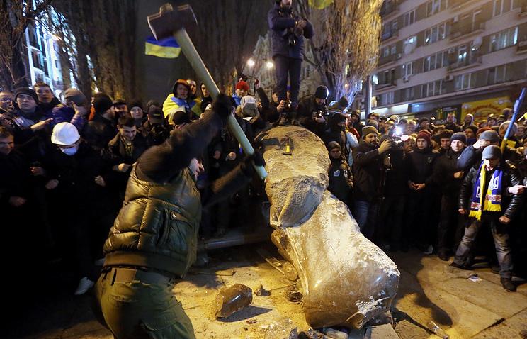 Разрушение вандалами памятника Ленину в Киеве, декабрь 2013